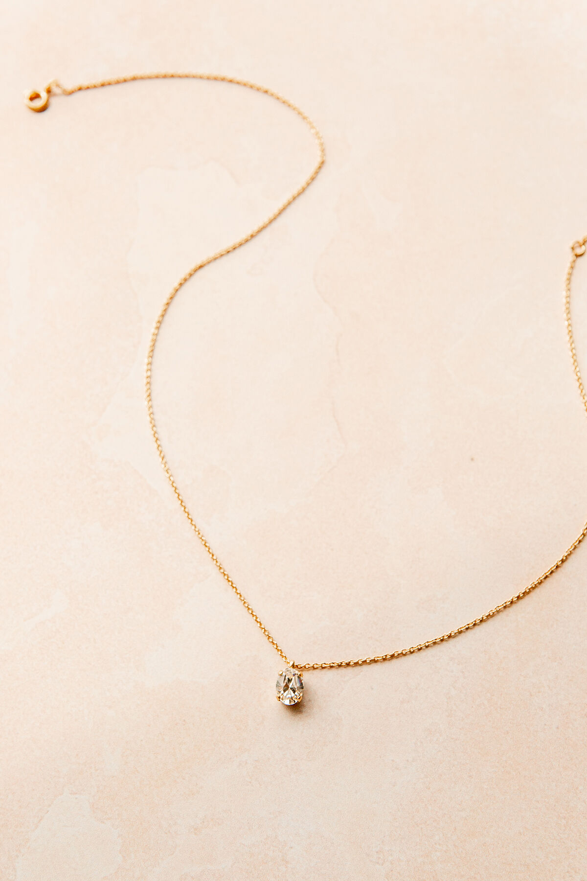 DELICATE OVAL NECKLACE